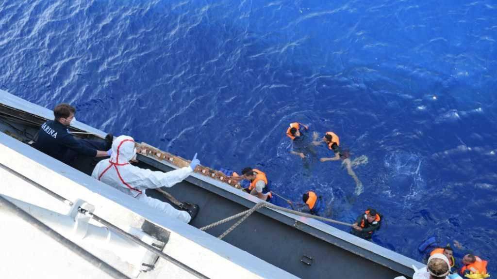 Sie haben Glück: Flüchtlinge werden von der italienischen Marine gerettet. (Archiv)