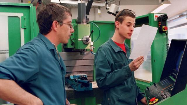 Zwei Lehrlinge in der Maschinenbauer-Ausbildung (Symbolbild)