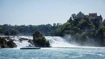 Beim Rheinfall markiert der Fluss die Kantonsgrenze zwischen Schaffhausen und dem Kanton Zürich mit dem Schloss Laufen.