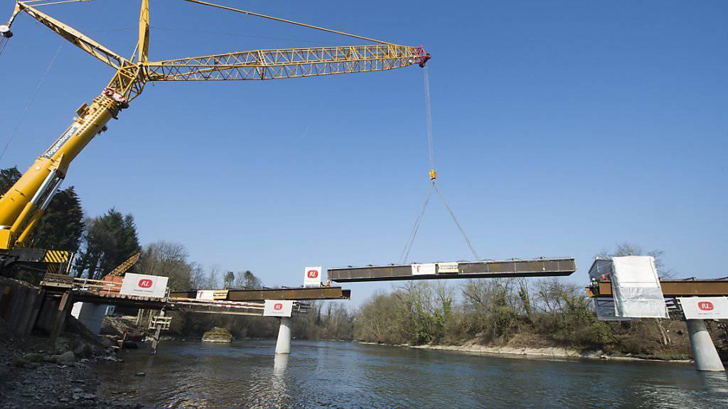 Die neue Gnadenthalbrücke über die Reuss im Kanton Aargau nimmt Form an: Die Versetzungsarbeiten des letzten Stahlbauelements der Reussbrücke sind abgeschlossen.