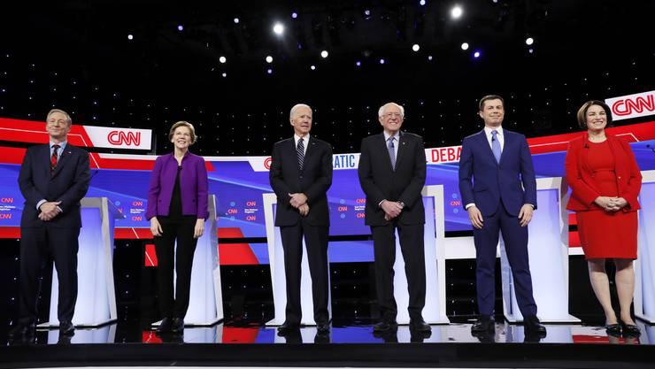Die aussichtsreichsten Präsidentschaftskandidaten der Demokraten bei der TV-Debatte im US-Bundesstaat Iowa.