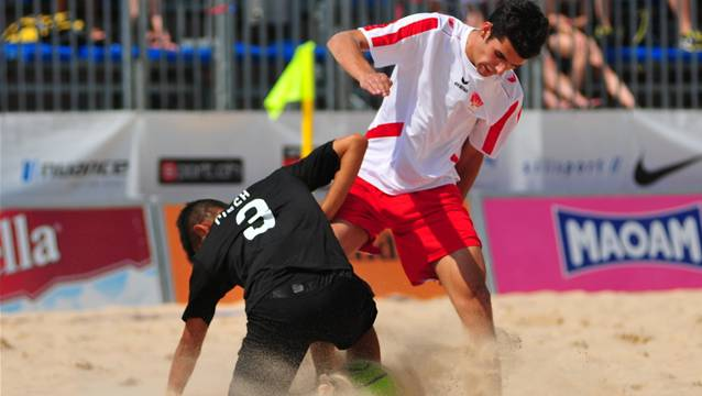 Kampfsport Beach Soccer: Solothurns Fabio Garcia gegen Berns Marama Amau.
