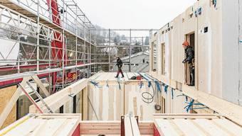Das Erdgeschoss ist bereits erstellt, es folgt das Obergeschoss mit einem Kindergarten und einem Klassenzimmer.