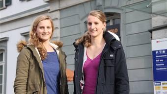 Die Zwillinge Simone (l.) und Pascale Zwicky aus Feldbrunnen am Bahnhof Solothurn.