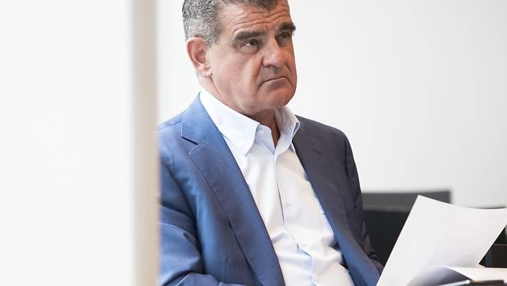 Verwaltungsratspräsident Peter Spuhler verfolgt die Bilanzmedienkonferenz der Stadler Rail in Bussnang.