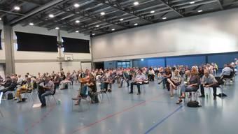 126 Stimmberechtigte fanden in der Sporthalle locker Platz.