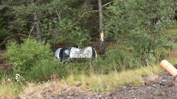Acht Meter tief stürzte das Auto eines 18-Jährigen am Samstagmorgen in Brienz GR nach einem Selbstunfall in die Tiefe.