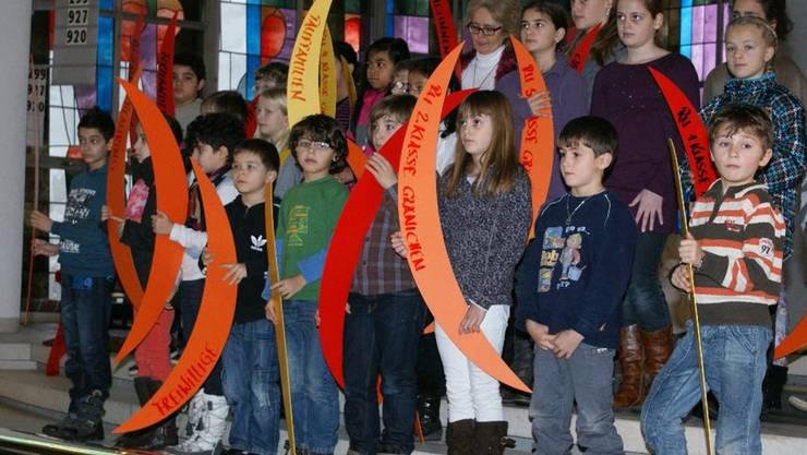 Während des Gottesdienstes hielten die Kinder gebastelte Flammen, die für verschiedene Pfarreigruppen und -angehörige stehen.zVg