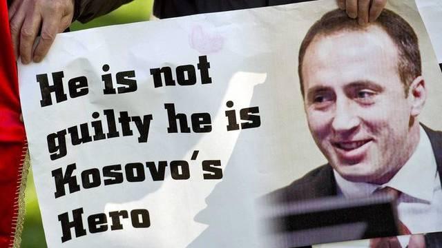Ein Anhänger von Haradinaj vor dem Tribunal in Den Haag