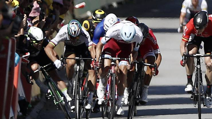 Stösst Peter Sagan hier Mark Cavendish ins Absperrgitter?