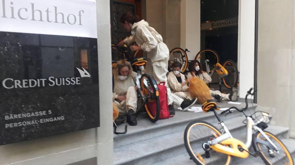 Mit Velos und Pflanzentöpfen: Dutzende Klimaaktivisten besetzen Banken in Zürich und Basel