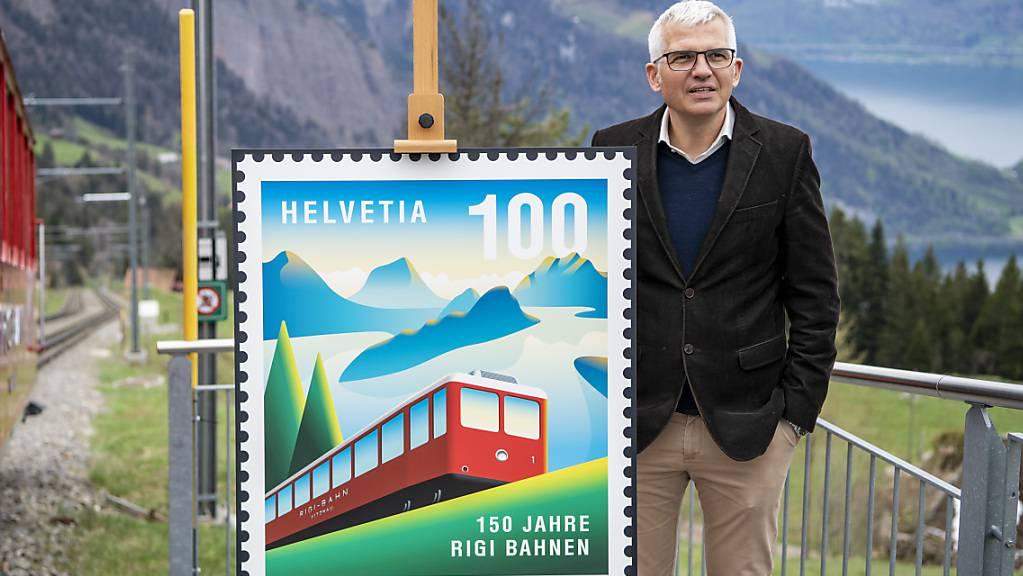 Der CEO der Rigi Bahnen, Frederic Füssenich, mit der neuen Sonderbriefmarke «150 Jahre Rigi Bahnen» der Schweizerischen Post