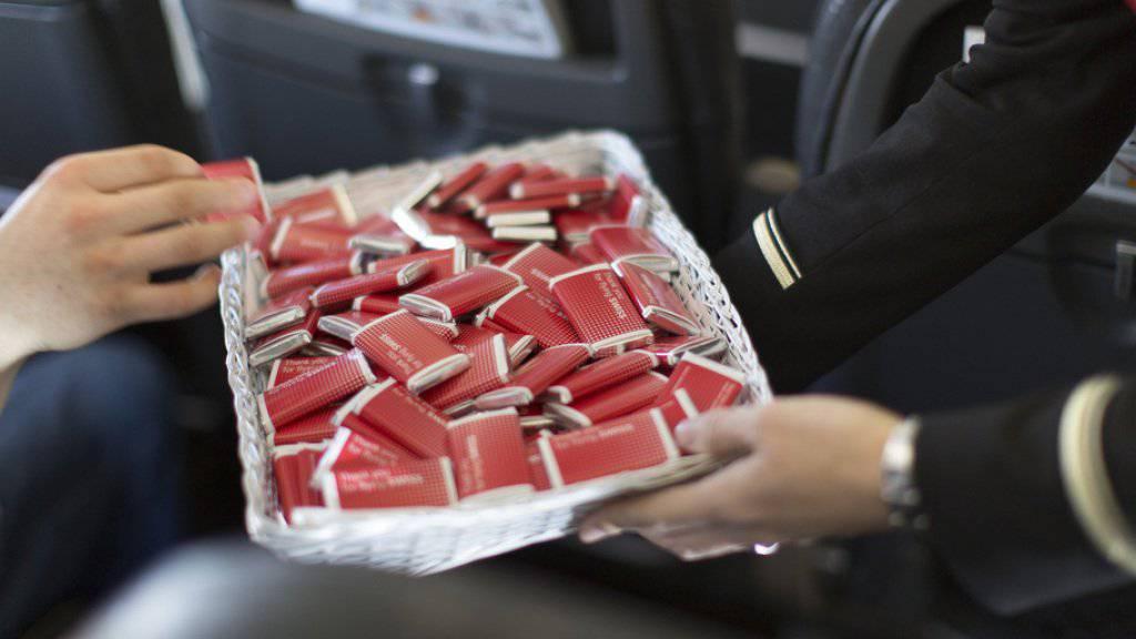 17 Millionen kleine Schoggitafeln verteilt die Swiss jährlich an die Passagiere. (Archiv)