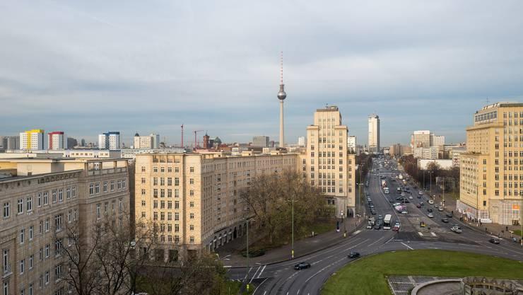 Metropole: Blick auf die Karl-Marx-Alle und den Fernsehturm.