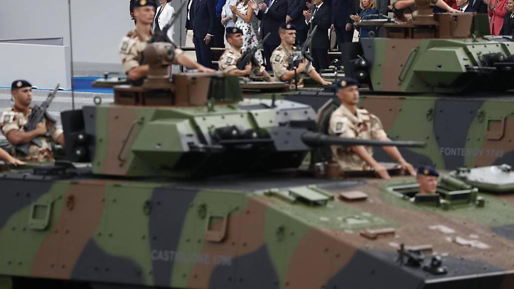 Die Militärparade in Paris im vergangenen Jahr hat Trump offenbar gefallen - nun will er auch die US-Streitkräfte mit einer Parade ehren. (Archiv)