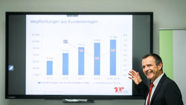 Urs Schneider präsentiert in der neuen Raiffeisenbank Altnau die Halbjahreszahlen  der Thurgauer Raiffeisenbanken. Bild: Reto Martin