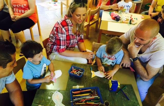 Mit ganz einfachen Mitteln kann man für die Kinder eine Fischerrute basteln. Hier malen sie gerade ihren Fisch aus.