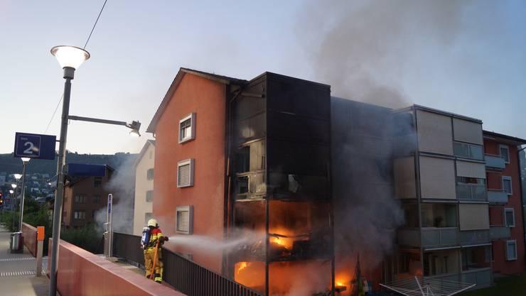 Zug, 18. August: Ein Mehrfamilienhaus ist nach einem Brand teilweise nicht mehr bewohnbar. Eine Person wurde mit Verdacht auf eine Rauchgasvergiftung ins Spital überführt. Die Brandursache ist Gegenstand weiterer Ermittlungen.