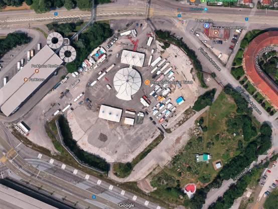 Die Stadionbrache:Links der Platz mit Streetfood-festival, rechts die Grünfläche mit Gärten, Boulderwürfel (weiss) und Skateanlage (rot).