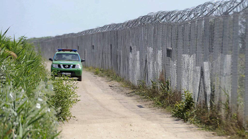 Ungarisches Polizei-Fahrzeug an Grenzzaun zu Serbien (Archiv)