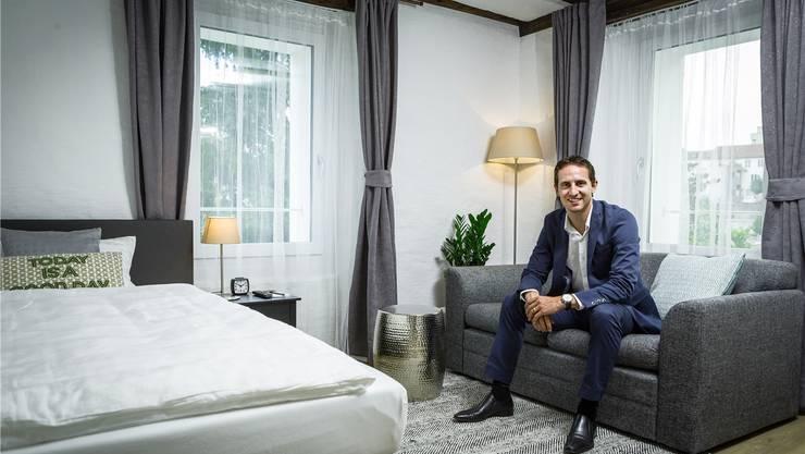 Das Hotel in Brugg ist nicht das erste, das FCA-Captain Sandro Burki eröffnet. Hier posiert er in einem der zwölf Zimmer seiner «Marco Polo Business Apartments» in Wohlen.