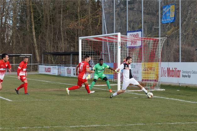 Mendrisios Nico Ravasi sorgt für einmal für so etwas wie Gefahr vor FCD-Hüter Joao Ngongo (grünes Dress).