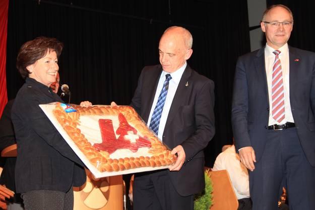 Ueli Maurer erhält eine Gripen-Torte
