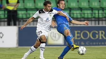 Alain Nef (rechts) kämpft mit Oleg Molla um den Ball