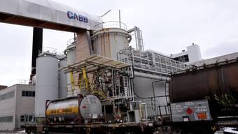 Eine Leitung der Firma CABB AG schlug am Donnerstagmorgen leck. Dabei liefen etwa 35 Liter Salzsäure aus. Verletzt wurde niemand. (Symbolbild)