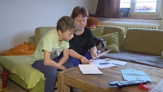 «Wir danken allen, die zu uns stehen»: Karin Ottiger und ihr Sohn lesen die Briefe mit Solidaritätsbekundungen.
