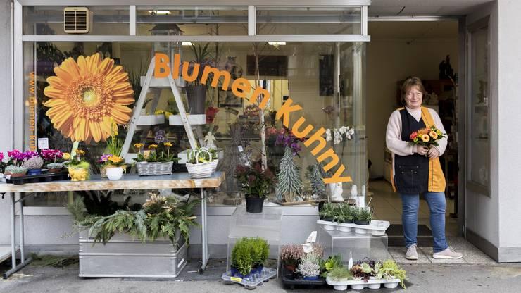Charlotte Kuhny ist in Dietikon aufgewachsen. Sie führte lange Zeit ihr Blumenladen in Geroldswil. Seit vierzehn Jahren ist sie in der Kirchstrasse tätig.