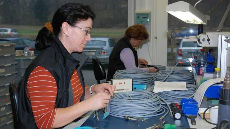 Die Kabelkonfektion in der Howag AG verlangt auch heute noch sehr viel Handarbeit.