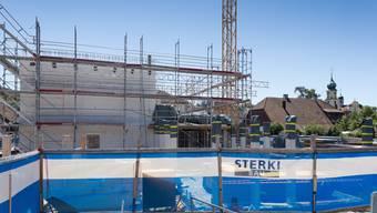Grossbaustelle Schulhaus: Die Betonmauer im Hintergrund markiert die Höhe des zweiten noch zu erstellenden ersten Obergeschosses.