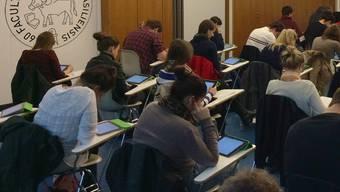 Abschreiben wird kompliziert: Auf den iPads erscheinen die Fragen in unterschiedlicher Reihenfolge. zvg