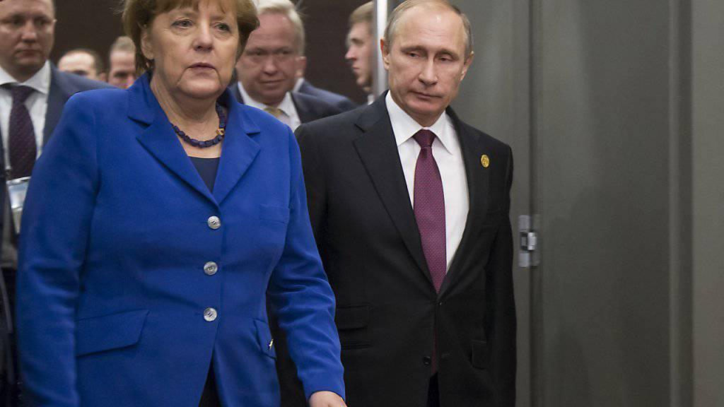 Kanzlerin Merkel und Präsident Putin vor ihrem Gespräch am Rande des G20-Gipfels in der Türkei. Sie haben über Syrien und die Ukaine diskutiert.