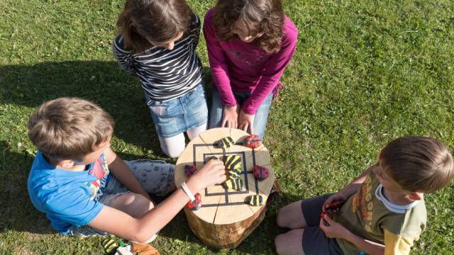 Schulkinder beim Mühlespiel (Symbolbild)