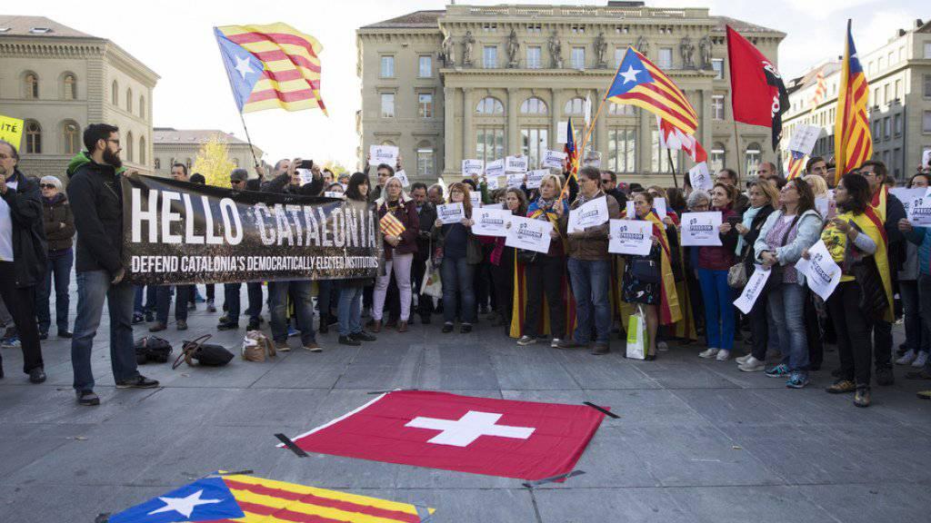 Mehrere Redner wandten sich an die rund 200 Personen, die auf dem Bundesplatz in Bern für ein unabhängiges Katalonien demonstrierten.
