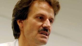 Der von der Mayo-Clinic in den USA geehrte Zürcher Kardiologe Thomas F. Lüscher bei einer Pressekonferenz 2002 (Archiv)