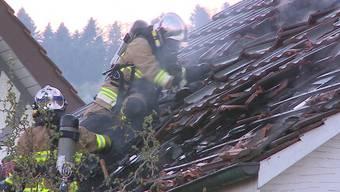Selbst mit Brandmelder kam der Eigentümer nicht ohne leichte Rauchvergiftung aus dem brennenden Haus. Ohne hätte er es wohl überhaupt nicht geschafft.