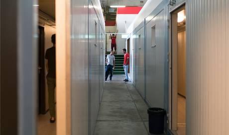 weniger geld f r die sicherheit in asylunterk nften was bedeutet das f r das container d rfli. Black Bedroom Furniture Sets. Home Design Ideas