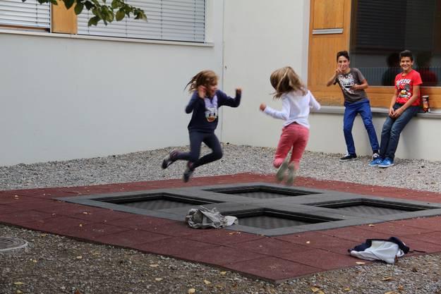 Das Trampolin beim Schulhaus wird rege genutzt