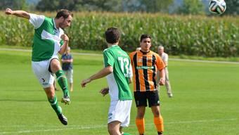 In dieser Szene setzt Lukas Oeggerli seinen Kopfball noch knapp neben das Tor, später avancierte Härkingens Nummer 3 mit seinem Direktschuss zum Matchwinner.