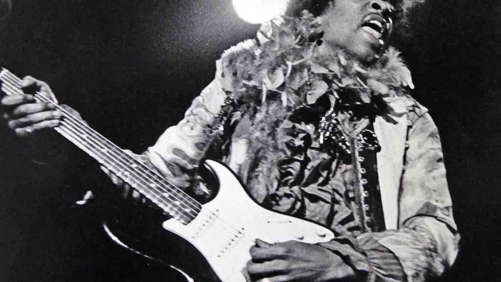 Jimi Hendrix beim Monterey Pop Festival 1967.  Zehn unveröffentlichte Lieder des 1970 verstorbenen Rockstars werden ab März in einem neuen Album auf den Markt gebracht. (Archiv /Keystone)
