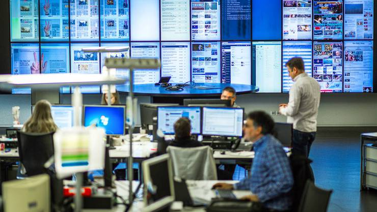 Im Newsroom der AZ Medien in Aarau werden täglich Nachrichten geschrieben und veröffentlicht.