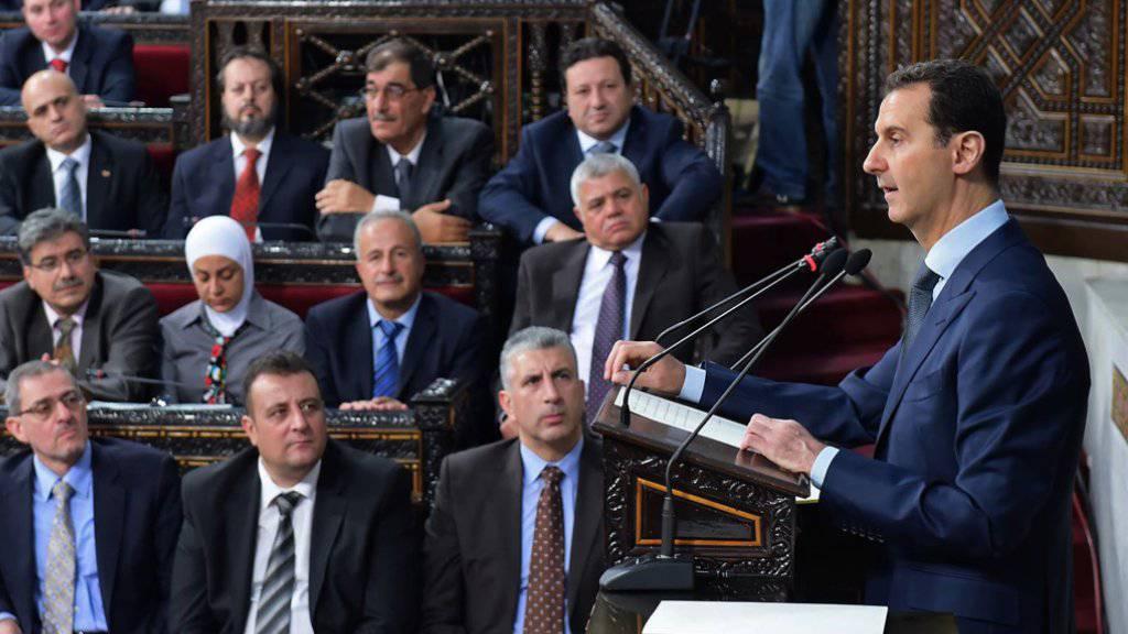 Syriens Machthaber Baschar al-Assad vor dem neu gewählten Parlament