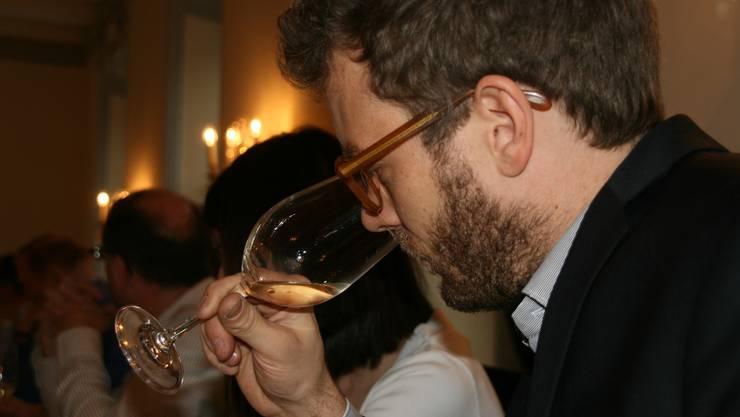Michael Kaben von der Weinbaugenossenschaft Döttingen degustiert einen Weisswein.