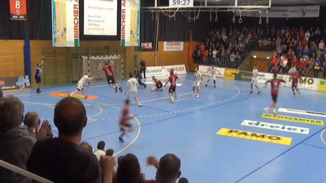 Dieses Doppelflieger-Tor bringt die Entscheidung im ersten Spiel der Viertelfinal-Serie zwischen dem HSC Suhr Aarau und Wacker Thun.