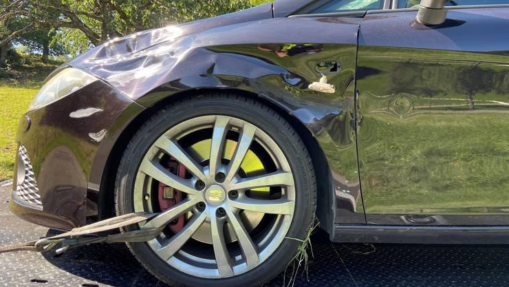 Ein Rennradfahrer verletzte sich bei einer Kollision durch ein Überholmanöver in einer Rechtskurve.
