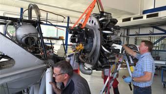 Eben wurden Motor und Rumpf der Dewoitine getrennt, Paul Misteli (rechts)und Laurent Calame sind an der Arbeit. PBG