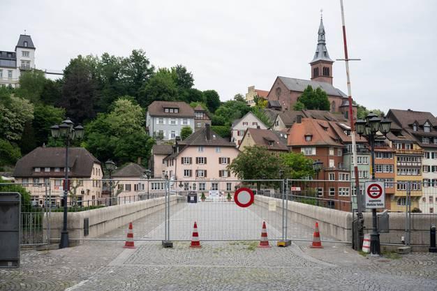 Abgesperrte Brücke zwischen Laufenburg (CH) und Laufenburg (D). Reportage von der Grenze zwischen der Schweiz und Deutschland während der Coronakrise, 13. Mai 2020.